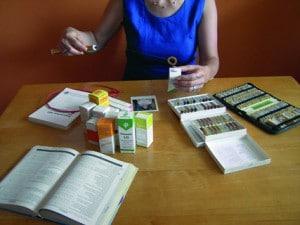 Tensor Handhabung mit Medikamenten am Tisch